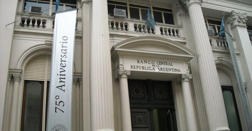 Центральный банк Аргентины увеличит денежную массу песо на 5% за 2 месяца