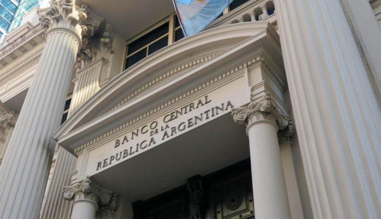 Центральный банк Аргентины ввел временный лимит на покупку валюты
